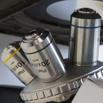 Microscópio Metalográfico Trinocular LM14000 detalhe
